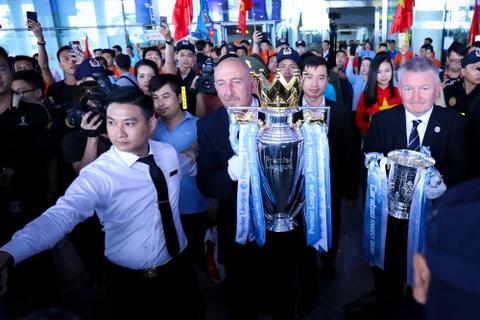 Bau Hien nang cup Ngoai hang Anh, hen Man City tro lai Viet Nam hinh anh 1