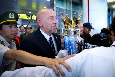 Bau Hien nang cup Ngoai hang Anh, hen Man City tro lai Viet Nam hinh anh 2