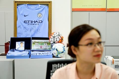 Bau Hien nang cup Ngoai hang Anh, hen Man City tro lai Viet Nam hinh anh 6