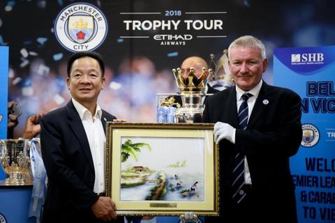 Bau Hien nang cup Ngoai hang Anh, hen Man City tro lai Viet Nam hinh anh 8