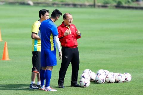 HLV Park Hang-seo dan rieng Tien Linh trong buoi tap cua tuyen VN hinh anh 2