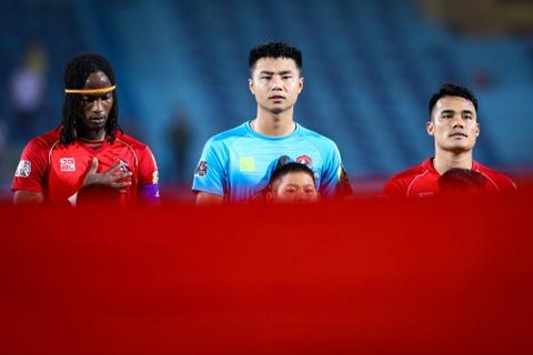 Bui Tien Dung lang le nhin Van Toan can penalty giua bien phao sang hinh anh 1