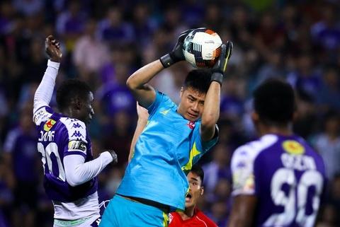 Bui Tien Dung lang le nhin Van Toan can penalty giua bien phao sang hinh anh 3