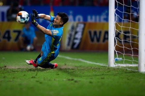 Bui Tien Dung lang le nhin Van Toan can penalty giua bien phao sang hinh anh 4