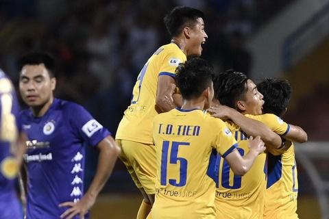 CĐV chen lấn, tranh giành mua vé trước trận SLNA tiếp CLB TP.HCM tại vòng 6 V.League.