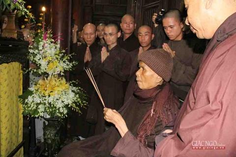 Thien su Thich Nhat Hanh roi Viet Nam di Thai Lan hinh anh