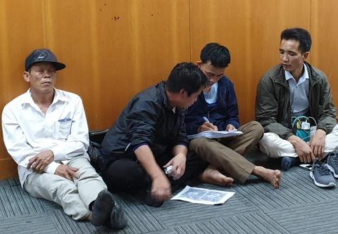 Người dân xếp hàng, ngủ gật, mệt mỏi vì chờ xin visa du lịch Hàn Quốc