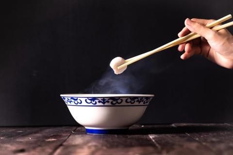 Cấm ăn sạch bát và 7 điều tối kỵ khi ăn uống trên thế giới
