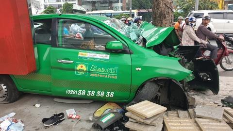 Taxi tong lien hoan 2 oto o Sai Gon, 2 nguoi bi thuong nang hinh anh