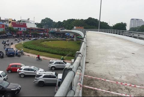 Thong xe cau vuot Nguyen Kiem sau hon 10 thang tam ngung thi cong hinh anh
