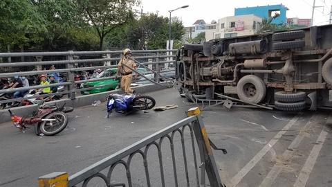 Xe tải lật trên cầu vượt Cây Gõ, 2 người bị thương