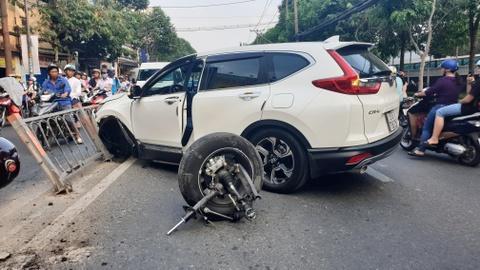 Tong dai phan cach, Honda CR-V rot banh o Sai Gon hinh anh
