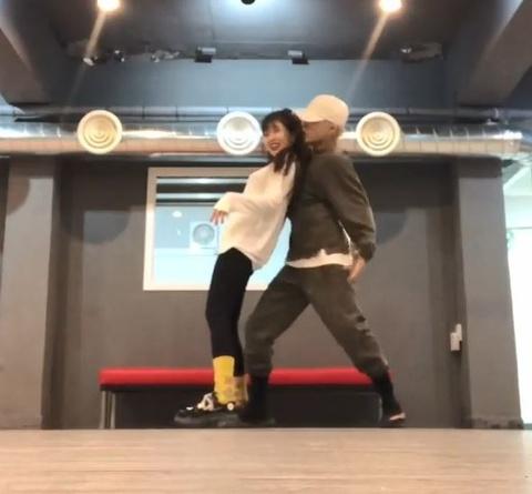 HyunA nhay sexy cung ban trai hinh anh