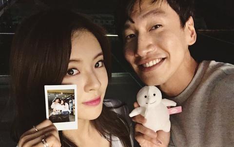 Sao 'Running Man' Lee Kwang Soo cong khai ban gai kem 9 tuoi hinh anh