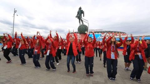 Tinh nguyen vien Nga nhay flashmob truoc tran Anh - Colombia hinh anh