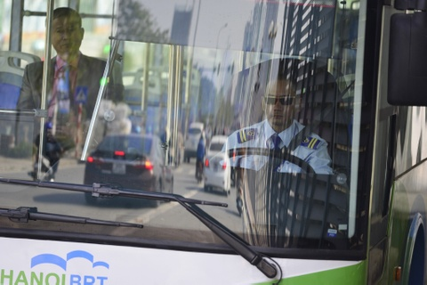 Buyt nhanh BRT bi xe may 'chan' dau khi chay thu nghiem hinh anh 7