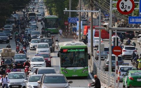 Buyt nhanh BRT bi xe may 'chan' dau khi chay thu nghiem hinh anh 6