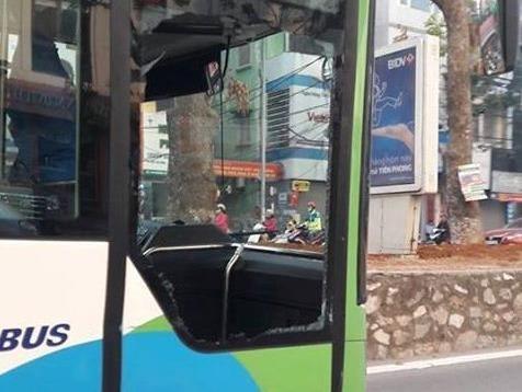Buyt nhanh BRT bi xe con tat dau, tong vo toang cua hinh anh