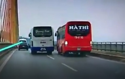 Tuoc bang lai cua 2 tai xe chen xe nhau tren cau Bai Chay hinh anh