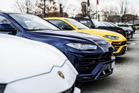 Doan sieu SUV Lamborghini phuot xuyen Italy mung Giang sinh hinh anh 3