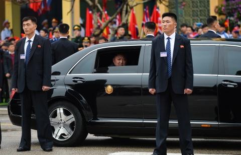 Mercedes-Benz S 600 Pullman Guard boc thep ho tong Kim Jong Un ve HN hinh anh 5