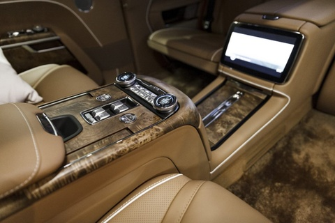 Limousine cua ong Putin co ban thuong mai, doi thu cua Rolls-Royce hinh anh 7