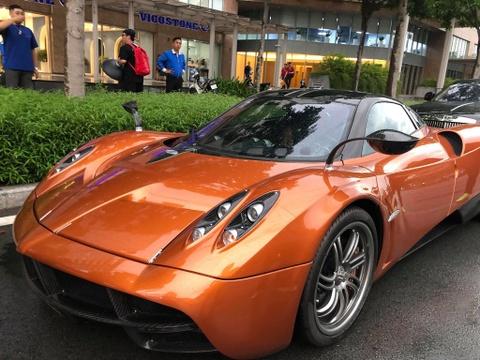 Mặc cơn bão Car Passion ở HN, siêu xe đắt nhất VN 'tắm mưa' giữa SG