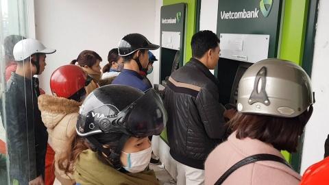 Cong nhan rut tien tu ATM cuoi nam: Chen lan, cai va va... cho may man hinh anh