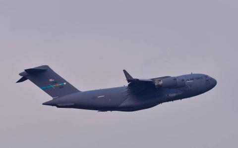'Ngua tho' C-17 lan banh tren duong bang san bay Noi Bai hinh anh