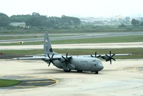 Sau 'ngua tho' C-17, den luot may bay C-130 dap xuong Noi Bai hinh anh
