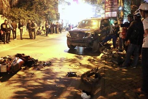 Hiện trường xế hộp Lexus tông 7 xe máy và 2 ôtô ở Hà Nội