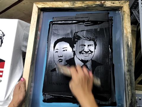 In áo hình ông Trump, Kim Jong Un, kiếm tiền triệu mỗi ngày ở Hà Nội