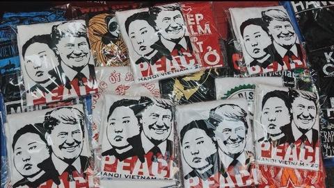 Chiec ao hoa binh Donald Trump - Kim Jong Un duoc in ra sao? hinh anh