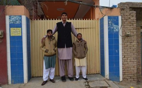 9X Pakistan khong the tim duoc ban gai vi cao 2,43 m hinh anh