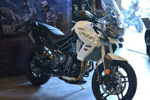 Can canh Triumph Tiger 800 2019 - doi trong cua BMW F800 GS hinh anh 1