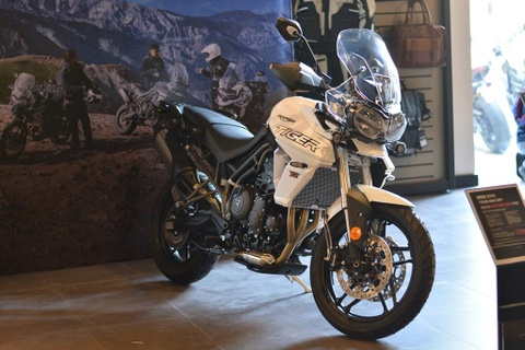 Can canh Triumph Tiger 800 2019 - doi trong cua BMW F800 GS hinh anh 4