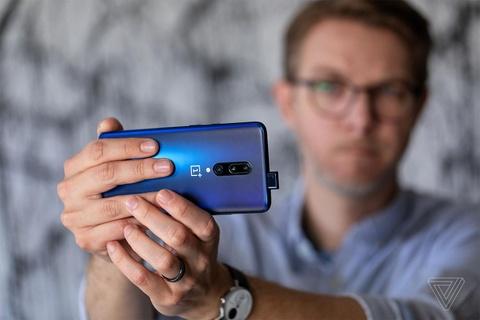 Apple va Samsung la ly do nguoi dung it nang cap smartphone hinh anh 1