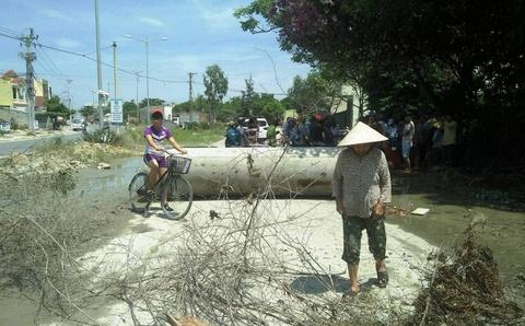 Nguoi dan dung ong cong lam 'hang rao' chan duong xe tai hinh anh
