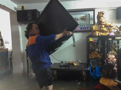 Nguoi dan Quang Nam trang dem chay lu hinh anh 8