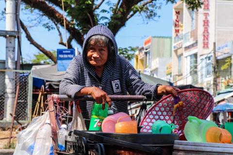 Nguoi dan Quang Nam chat vat muu sinh duoi nang nong hinh anh 8