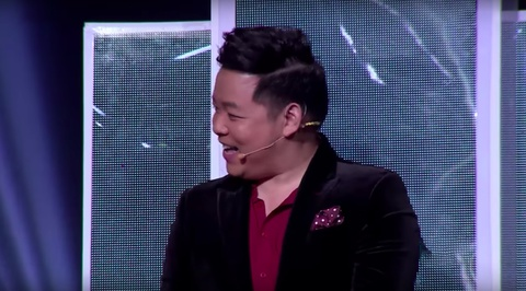 Quang Le noi dan thi sinh di hat karaoke thau dem de luyen giong hinh anh