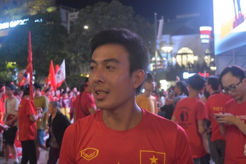Pho di bo Nguyen Hue dem chung ket AFF Cup: Rac lan at niem vui hinh anh 5