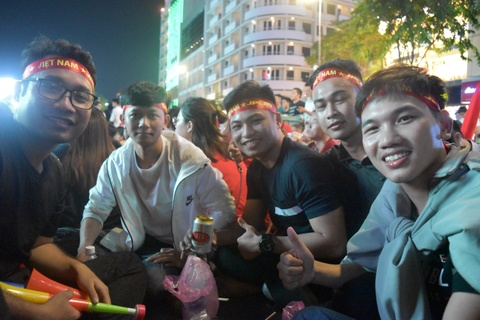 Pho di bo Nguyen Hue dem chung ket AFF Cup: Rac lan at niem vui hinh anh 1