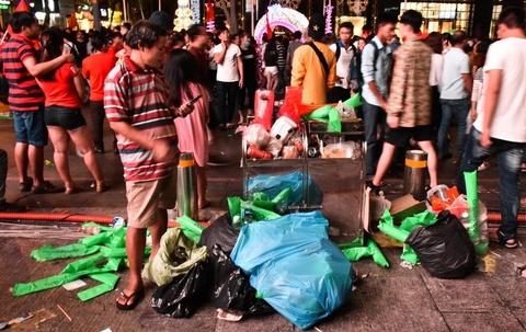 Phố đi bộ Nguyễn Huệ đêm chung kết AFF Cup: Rác lấn át niềm vui