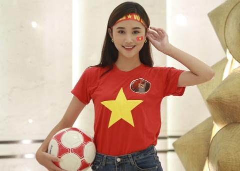 Hoa khôi sinh viên cổ vũ tuyển Việt Nam trước chung kết AFF Cup 2018