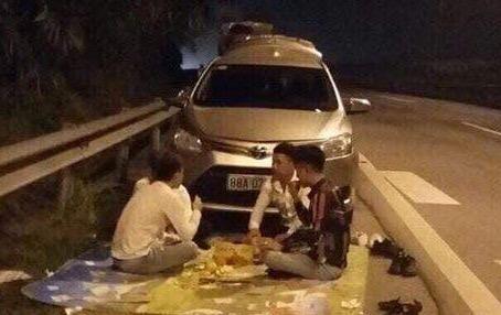 4 thanh niên thoải mái trải bạt ngồi ăn trên cao tốc Hà Nội - Lào Cai