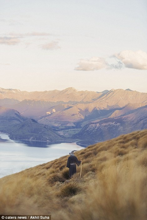 Chang trai di khap New Zealand trong trang phuc phu thuy hinh anh 11