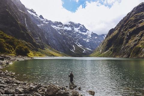 Chang trai di khap New Zealand trong trang phuc phu thuy hinh anh 3