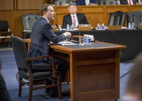 Vi sao Mark Zuckerberg mac vest, ngoi dem cao 10 cm khi dieu tran? hinh anh