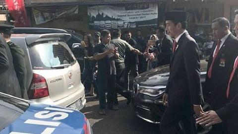 Tong thong Indonesia xuong xe cuoc bo 2 km vi tac duong hinh anh